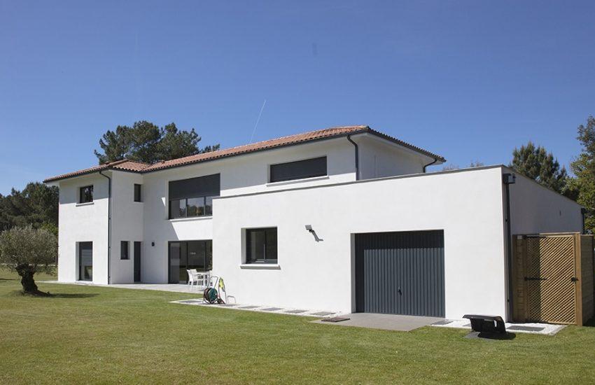 Garage moderne avec toit plat dans un jardin parfaitement entretenu
