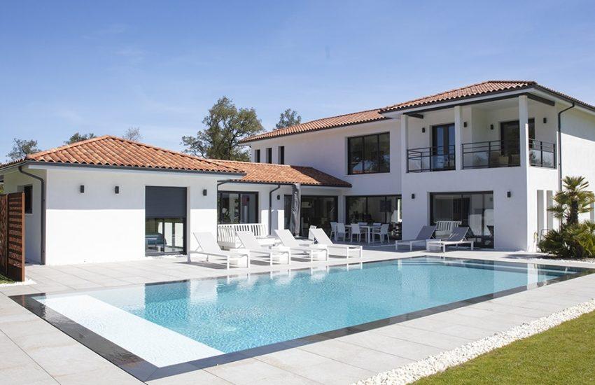 Magnifique maison moderne à étage avec piscine à débordement