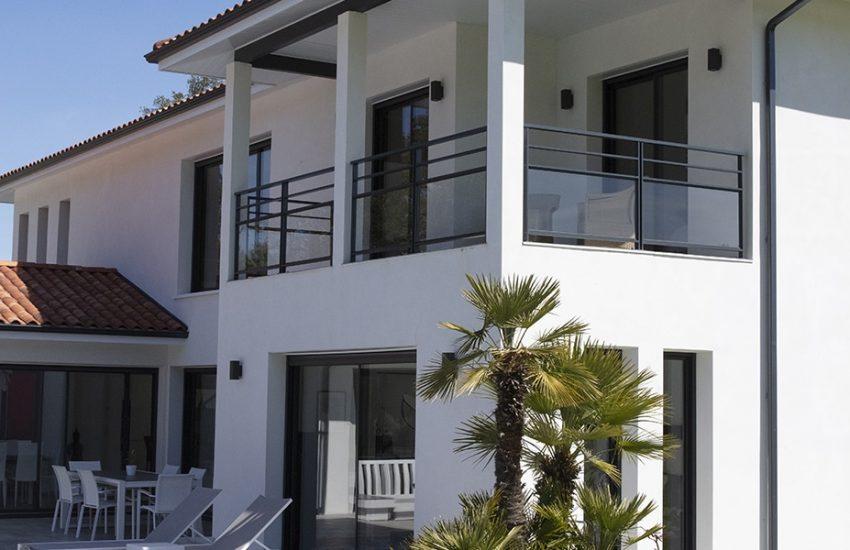 Terrasse couverte à l'étage d'une maison contemporaine