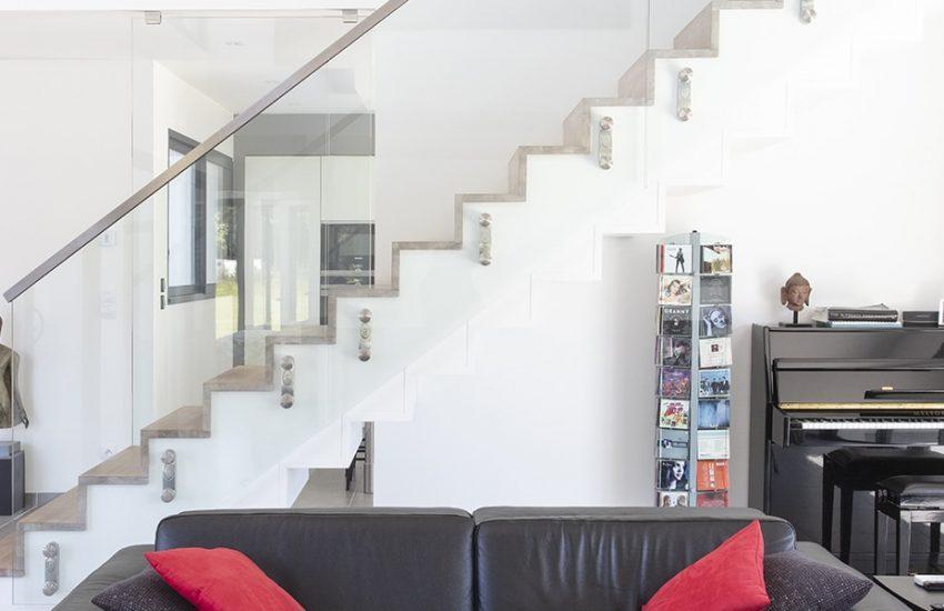 Salon d'une maison contemporaine avec un garde corps d'escalier en verre