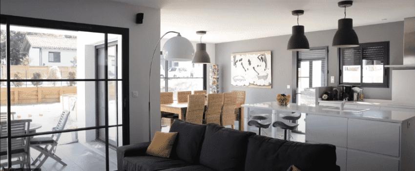 Pièce de vie lumineuse ouverte avec salon -séjour et cuisine moderne et toute équipée