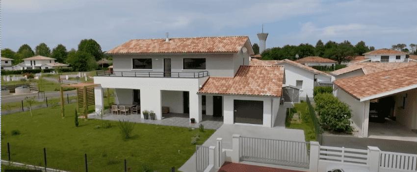 Maison contemporaine avec terrasse à étage et un garage