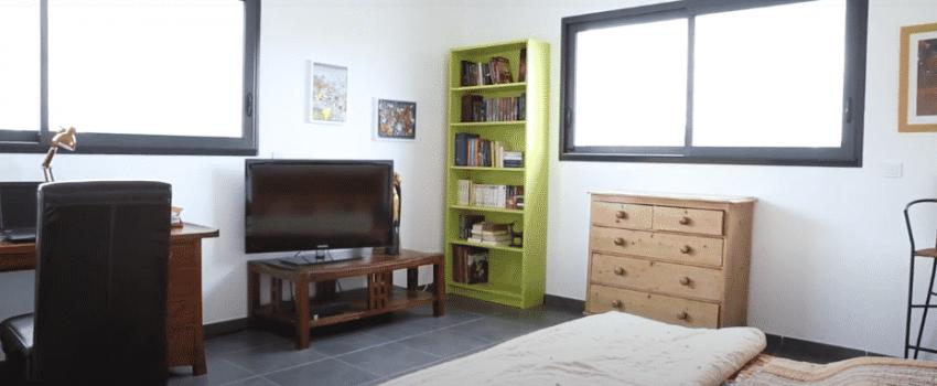 Bureau -chambre d'ami avec deux ouverture et télévision sur meuble bas