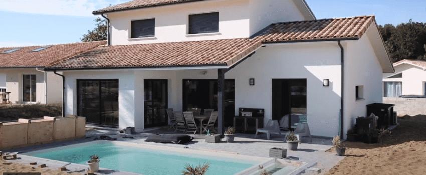 Extérieur avec piscine et terrasse couverte d'une maison neuve