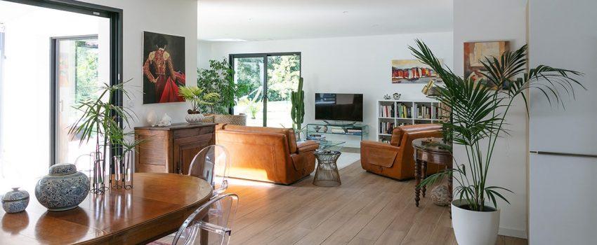 Salon et salle à manger lumineux dans une maison moderne