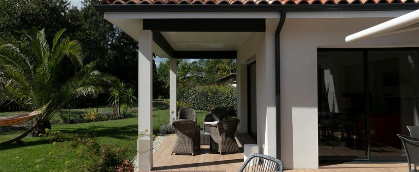 Terrasse couverte avec salon de jardin d'une maison à Moliets