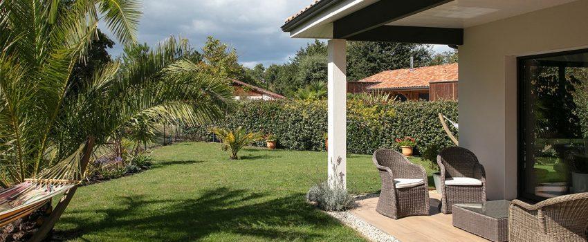 Jardin et terrasse d'une maison moderne à Moliets