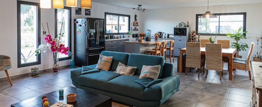 Salon maison moderne avec canapé vert