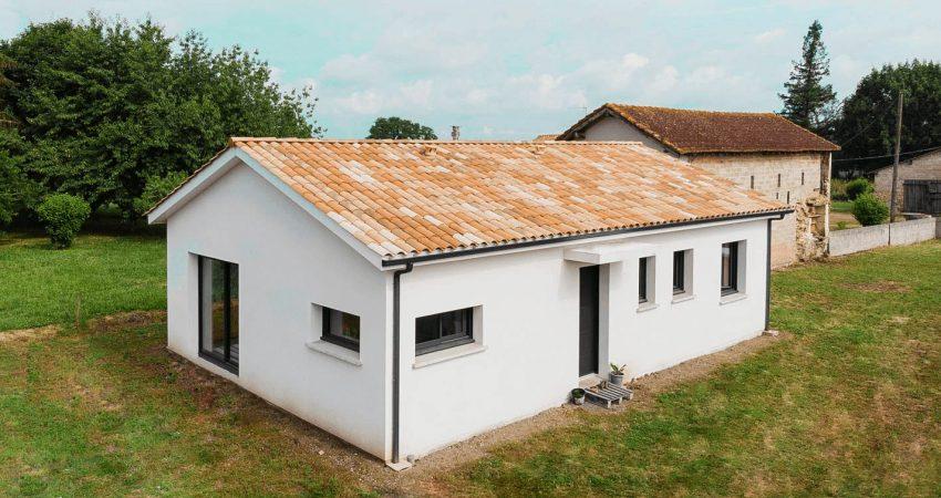 Maison neuve avec façade blanche et menuiseries grises anthracites