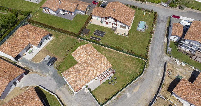 Vue aérienne d'une maison à l'architecture en forme de L
