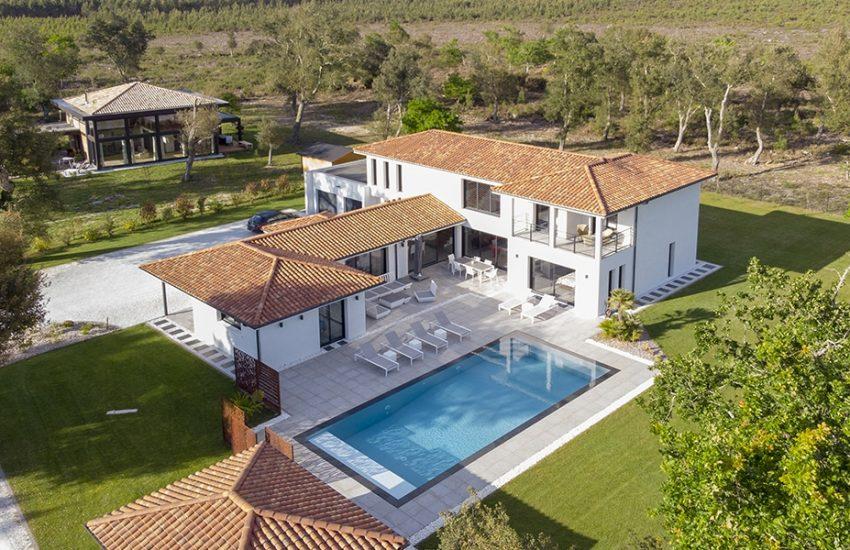 Vue aérienne d'une superbe maison contemporaine dans les Landes