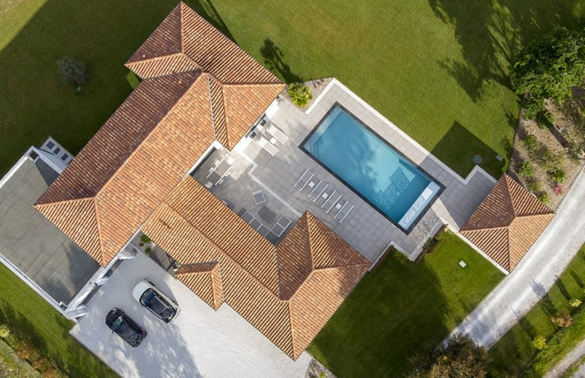 Vue du ciel d'une belle maison dans les Landes avec sa piscine