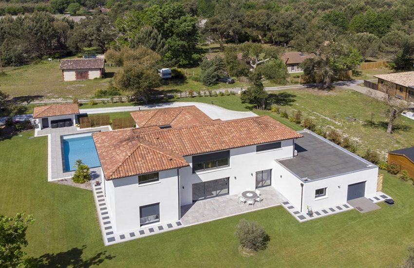 Vue de haut d'une magnifique maison contemporaine sur un grand terrain avec une piscine