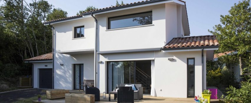 Maison moderne à étage avec terrasse en bois