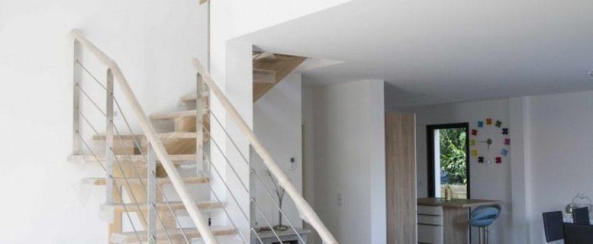 Salon contemporain et son escalier avec garde-corps câbles tendus