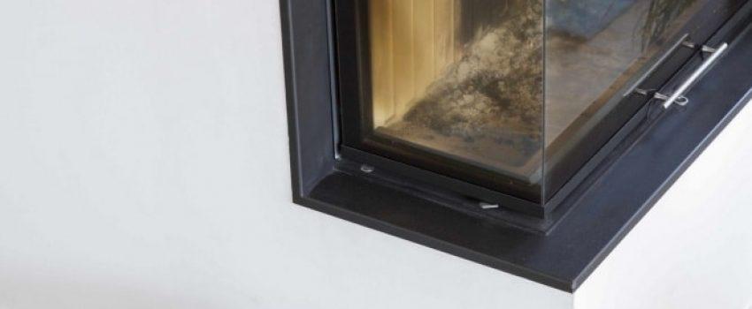 Magnifique cheminée d'angle et tabouret moderne sur carrelage imitation parquet