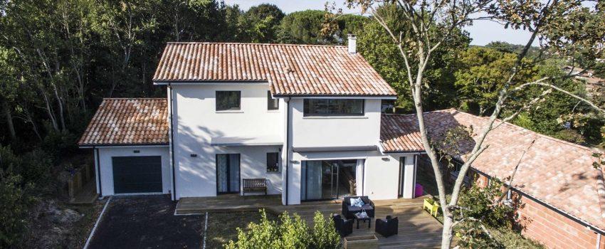 Belle maison moderne à étage au sein d'une forêt landaise