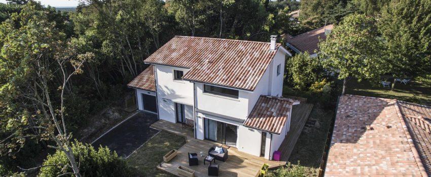 Maison moderne à étage au milieu des arbres dans les Landes