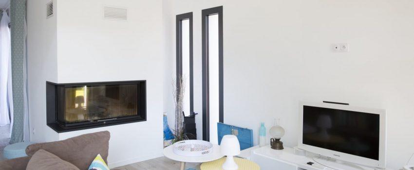 Intérieur moderne d'une maison avec cheminée d'angle dans salon