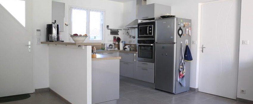 Entrée d'une maison avec cuisine toute équipée