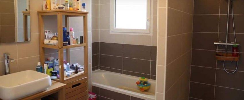 Une salle de bain avec baignoire et douche pour plus de praticité au quotidien.