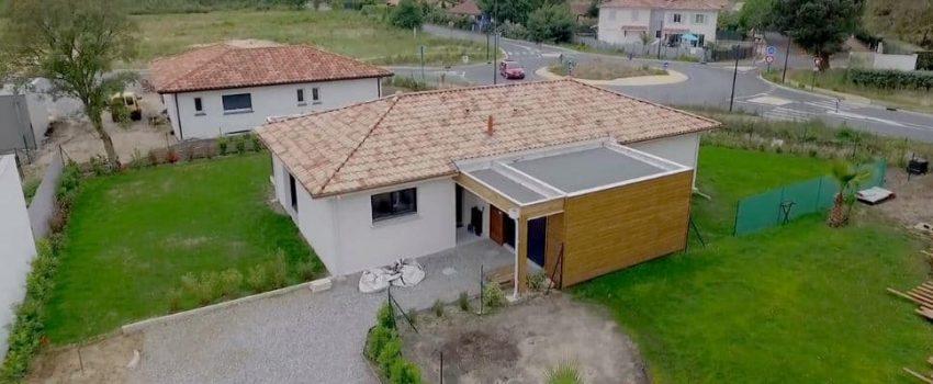 Une vue en hauteur d'une maison de plain-pied avec une partie réalisation en structure bois.