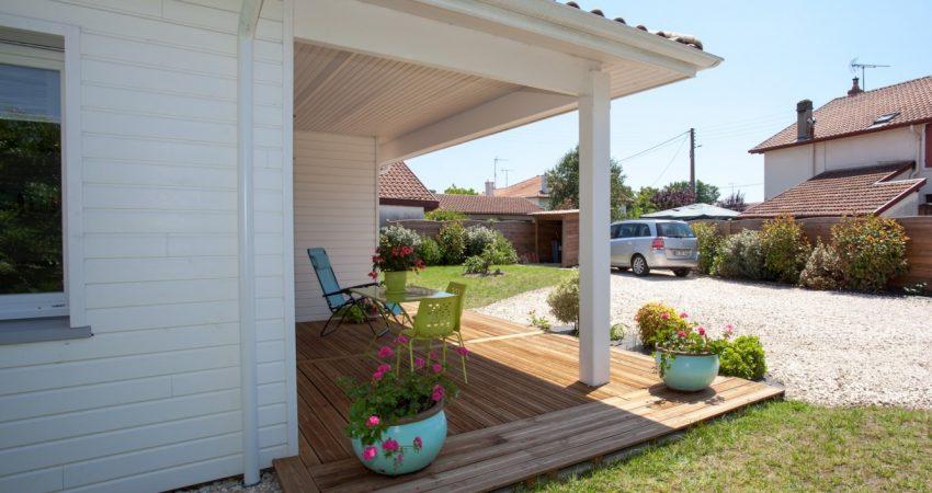 Jardin fleuri et terrasse en bois d'une maison dans les Landes