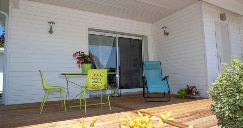 Terrasse en bois abritée avec transat et table d'extérieure
