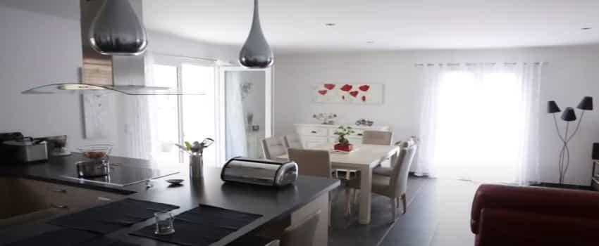 Salon-séjour moderne avec double exposition et table à manger