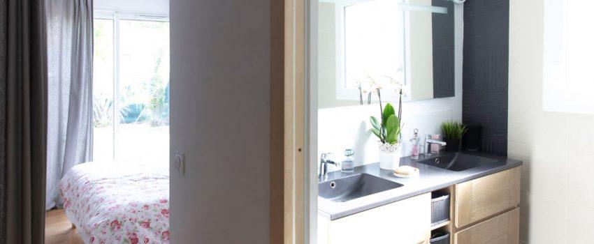 Vue salle de bain et chambre adjacente