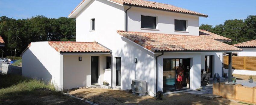 Maison contemporaine avec façade blanche et fenêtres grises anthracites